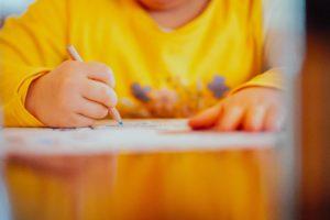 buste enfant pull jaune écrit
