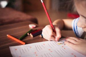 enfant écrit main crispée